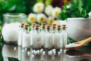 Leki homeopatyczne – co należy o nich wiedzieć i kiedy warto po nie sięgnąć?